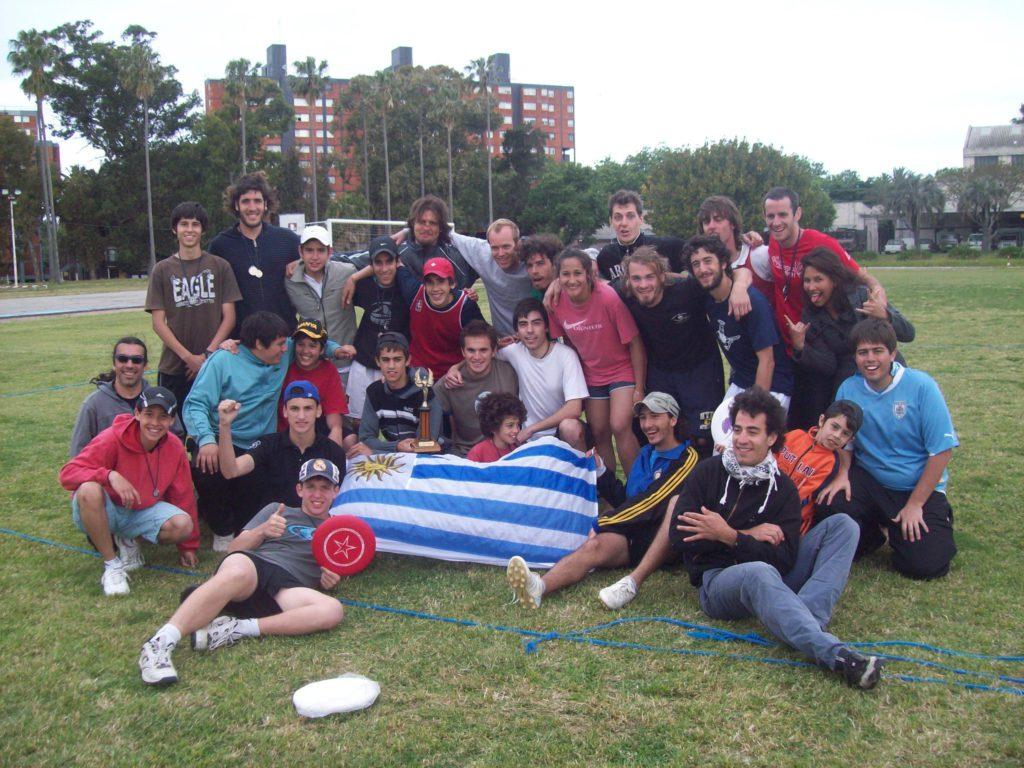 Foto de los integrantes del primer torneo de la historia del Ultimate en Uruguay.