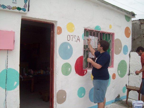 Carloncho pintando en el merendero sin saber que iba a comenzar la historia del Ultimate en Uruguay.